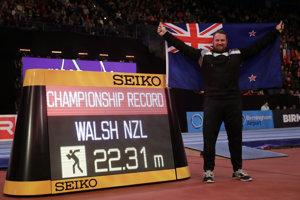Novozélandský guliar Tomas Walsh sa raduje zo zisku zlata na halových MS v Birminghame.