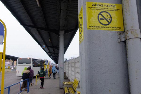 Na zastávkach pribudli nové nálepky upozorňujúce na zákaz fajčenia.