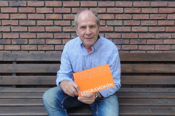 Milan Hodál so svojou knihou satirickej poézie.
