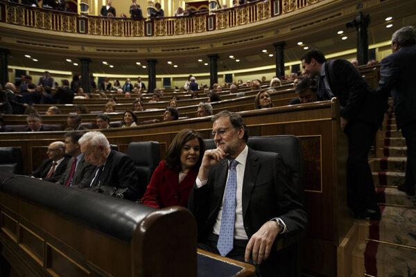 Konzervatívna Ľudová strana Mariana Rajoya má v parlamente najviac kresiel, ale nemá väčšinu. V rámci dohody súhlasila s tým, že nebude prezentovať svojho kandidáta a prijala funkcie dvoch podpredsedov parlamentu.