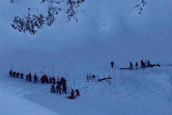Záchranári hľadajú zasypaných lyžiarov v stredisku Les Deux Alpes.
