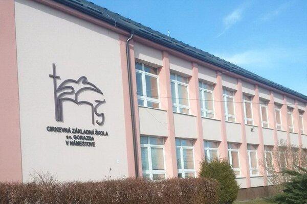 Hlavná školská budova je majetkom mesta, zriaďovateľ školy ju má v prenájme za symbolické euro.