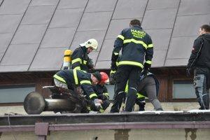 Hasenie požiaru prístavby kostola. Vľavo časť komína, od ktorého sa oheň pravdepodobne rozšíril pod strechu.