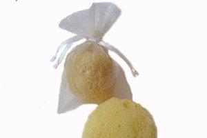 Menštruačná hubka či špongia sa zavádza do pošvy podobne ako tampón. Pred zavedením je potrebné ju navlhčiť, pretože suchá hubka je tvrdá. Keď je nasiaknutá vodou, vyžmýka sa a zavedie do pošvy.