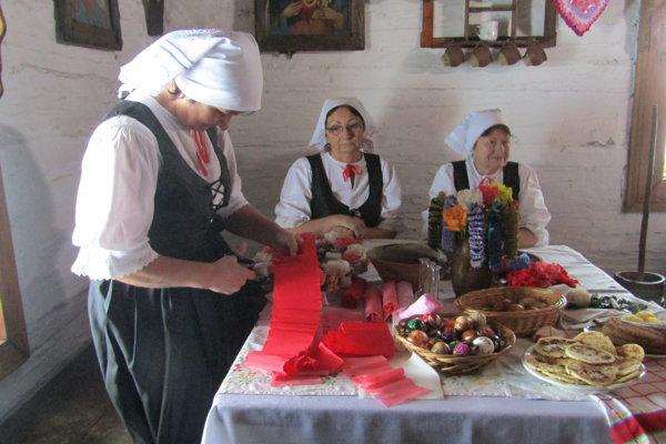 Členky FS Dolinka zNovej Bystrice predviedli ukážky najstaršej techniky zdobenia kraslíc.