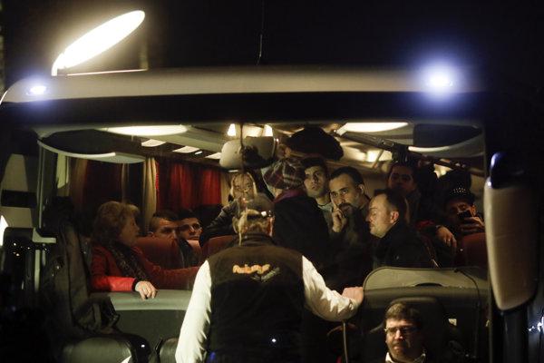 Autobus s utečencami zastavila polícia.