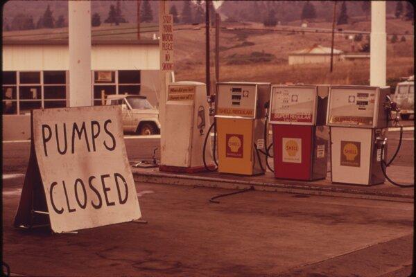 Zatvorené čerpacie stanice v USA počas ropnej krízy v roku 1973.