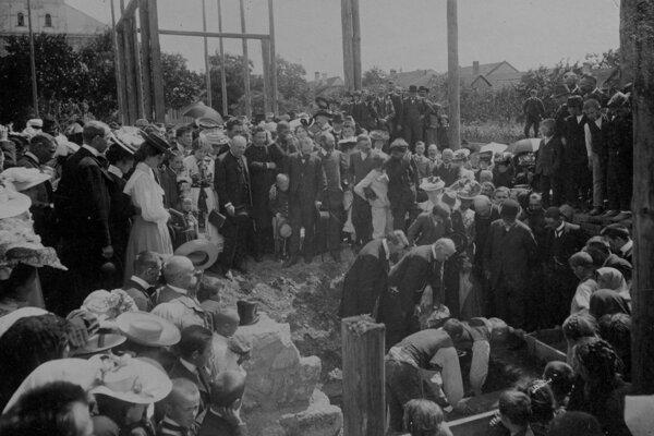 Kladenie základného kameňa prvej budovy SNM v Martine (  1906 ), v popredí Andrej Kmeť.