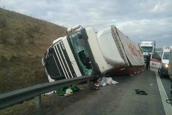 Kamión sa prevrátil do jarku, vodič v ňom zostal zakliesnený.