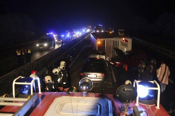 Nehodu neprežili vodič a cestujúci osobného auta.