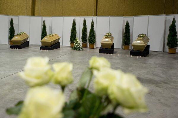 Truhly s telami obetí útoku v Istanbule vystavené v hangári na letisku v Berlíne.