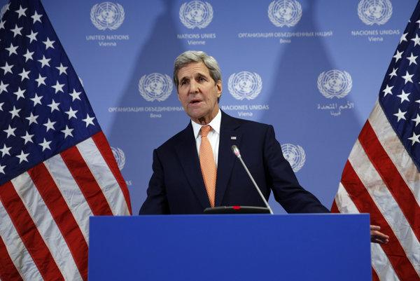 Americký minister zahraničia John Kerry oznamuje zrušenie sankcií voči Iránu.