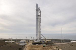 Raketa Falcon 9 pred vzletom na základni v Kalifornii.