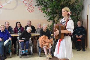 Heligonkárka Vlasta Mudríková zashrala a zaspievala seniorom.