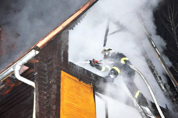 Požiar chaty na Kubínskej holi má na svedomí podpaľač.