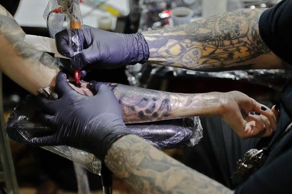 Vedci zistili, že tetovanie sa na koži udrží vďaka špeciálnej imunitnej reakcii.