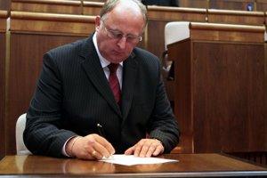Niekdajší poslanec za Smer Jasaň sa nakoniec vzdal funkcie tajomníka bezpečnostnej rady štátu až do vyšetrenia vraždy Jána Kuciaka.