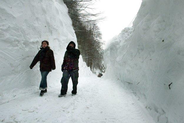 .... keď sa im to konečne podarilo, po okraji cesty stála niekoľkometrová snehová stena.