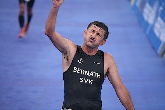 Víťazné gesto po dobehu na triatlonových pretekoch.