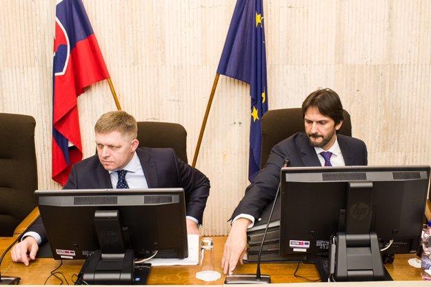 Premiér Fico a minister Kaliňák, ktorý avizoval svoju demisiu na rokovaní vlády.