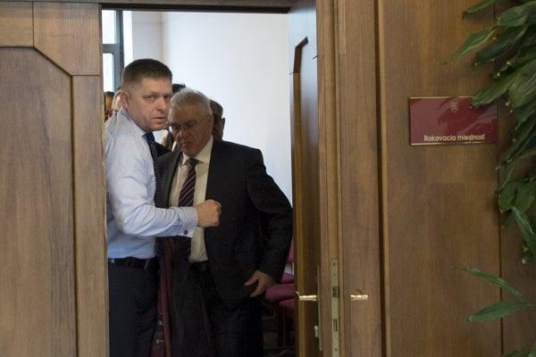 Premiér Fico odchádza po skončení rokovania poslaneckého klubu.