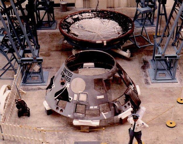 Zničenú kabínu Apollo 1 demontovali a odviezli na podrobné preskúmanie, aby odhalili chybu, ktorá spôsobila smrť troch astronautov.