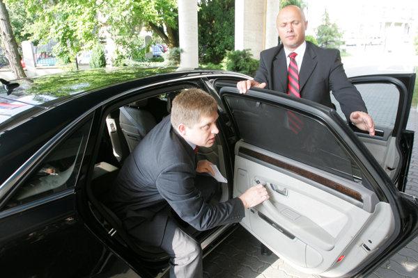 Jún 2008: Robert Fico vystupuje z Audi A8.
