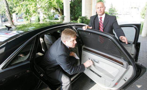 Jún 2008. Robert Fico vystupuje z Audi A8.