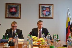Chcú prekopať župné školstvo. Vedúci odboru školstva Ján Furman a predseda Prešovského samosprávneho kraja Milan Majerský.