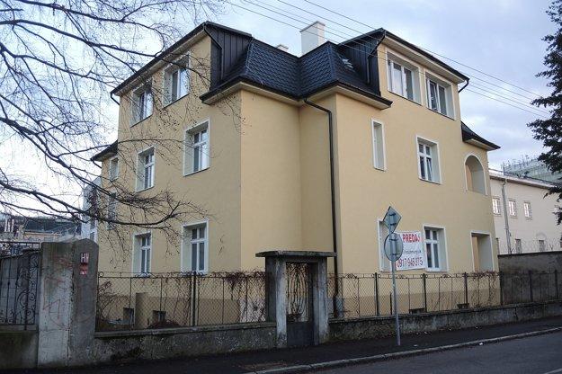 Dom oproti vile TSK je na tiež na predaj - zrekonštruovaný a za nižšiu cenu.