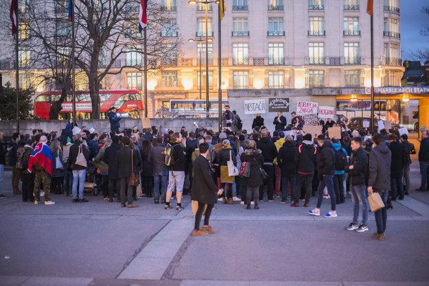 Niekoľko desiatok ľudí sa stretlo na proteste za slušné Slovensko aj v Londýne.