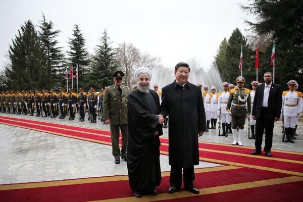 Iránsky prezident Hasan Rúhání a jeho čínsky náprotivok Si Ťin-pching.