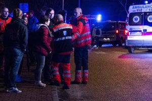 Najmenej 15 zranených si vyžiadala nehoda vlakov, ku ktorej došlo v piatok večer v Pezinku. Na mieste zasahujú hasiči, záchranári aj polícia.