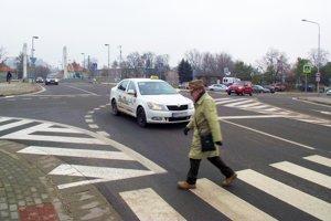 Dopravná situácia je zložitá aj pred mostom na chrenovskej strane.