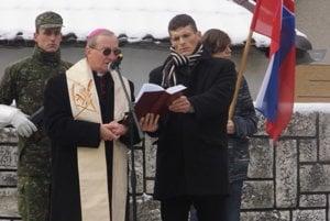 Pietnej spomienky sa zúčastnil aj vojenský biskup, Mons. František Rábek (vľavo), vpravo kňaz Michal Lajcha.