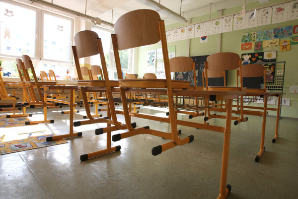 Školáčky z mesta Créteil v metropolitnej oblasti Paríža údajne mladšie dievča rôznym spôsobom trápili niekoľko mesiacov.
