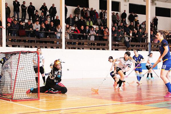 Tvrdošínčanky (v modrom) nezvládli rozhodujúci štvrtý zápas.