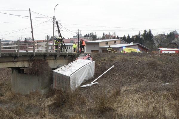 Pri nehode vlaku a dodávky sa nikto nezranil.