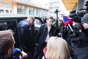 Robert Fico prichádza do centrály Smeru.