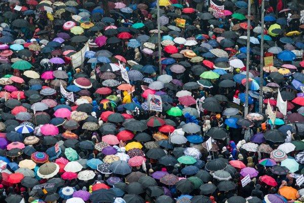 Protestu v Bratislave sa dnes zúčastnili aj mnohí učitelia z Banskej Bystrice.