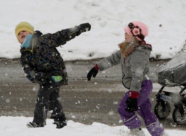 Deti v Sásovej využili voľný deň hlavne na hry na čerstvo snehu.