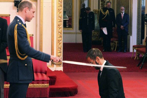 Britský princ William (vľavo) pri udeľovaní titulu Sir hudobníkovi Ringovi Starrovi.