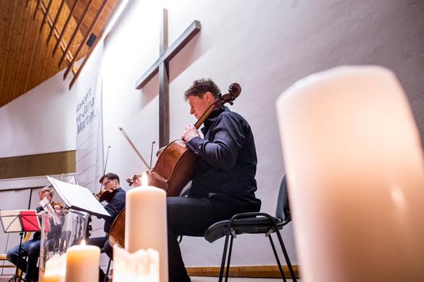 Violončelista Jozef Lupták na Koncerte pre Jána a Martinu hrá skladbu od Mariána Vargu.