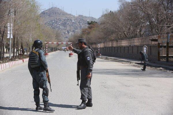 Afganskí policajti hliadkujú na mieste v Kábule, kde došlo k samovražednému útoku.