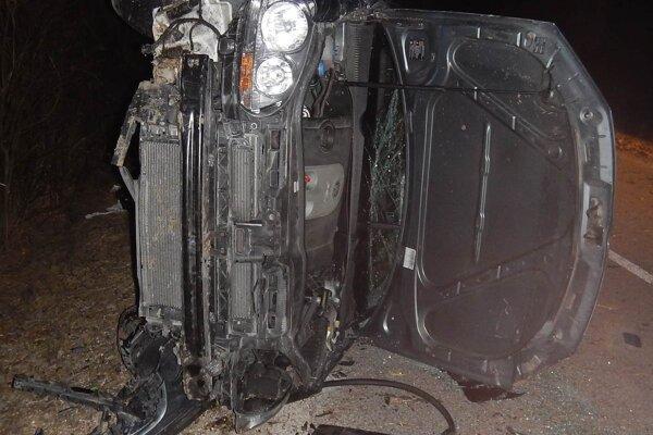 Mladý vodič nezvládol riadenie, auto skončilo na boku v priekope.