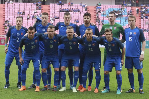 Slovenskí futbalisti pred začiatkom zápasu.