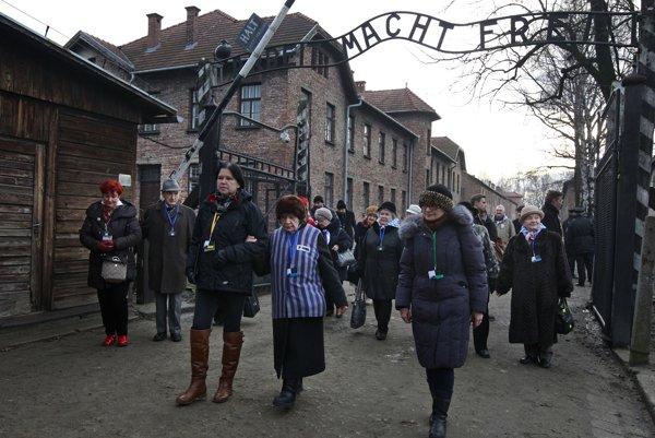 Ľudia prichádzajú do bývalého koncentračného tábora v deň 71. výročia oslobodenia Osvienčimu.