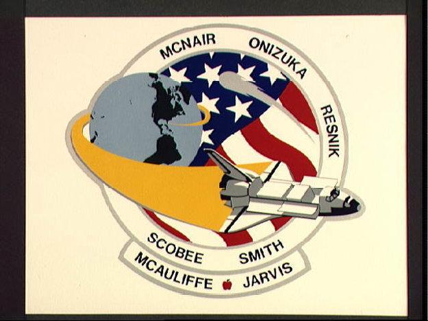 Nášivka k misii 51-L, ktorú navrhli členovia posádky. Raketoplán Challenger odlieta z Floridy a na pozadí je zobrazená aj Haylleyho kométa.