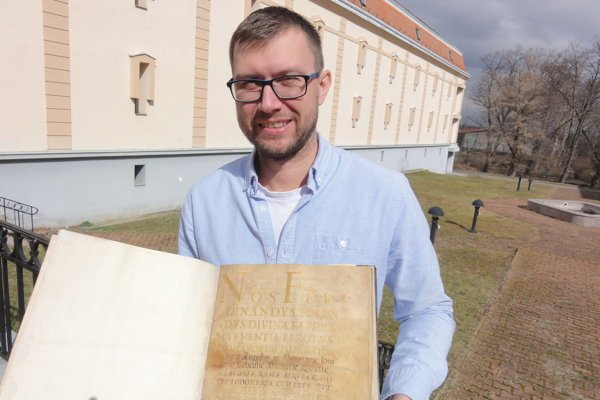 Riaditeľ Štátneho archívu v Nitre Peter Keresteš so vzácnym pergamenom z roku 1632, ktorým kráľ potvrdzuje privilégia pre Nitru.