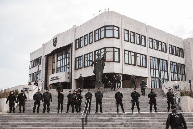 Polícia pred budovou parlamentu.